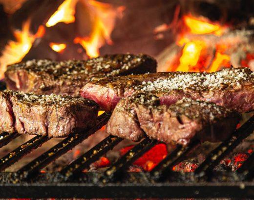 Grillen und BBQ zu sehen ist ein Grill mit Steaks
