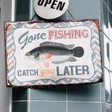 Angeln mit einfachen Mitteln - ein Fisch auf einem Schild